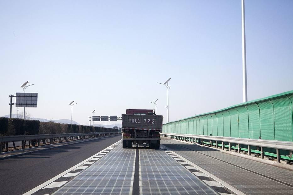 Caminhão na estrada solar em Jinan China