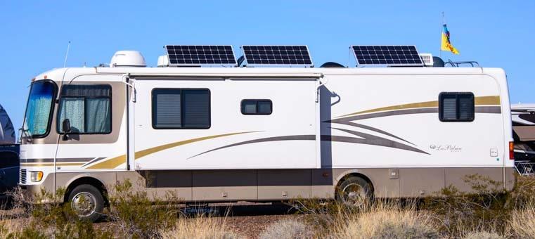 Motorhome com adaptações, com painéis fotovoltaicos.