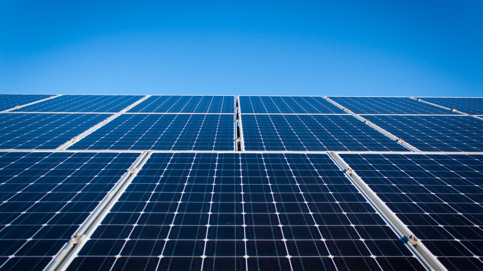 Como é feito um painel solar?